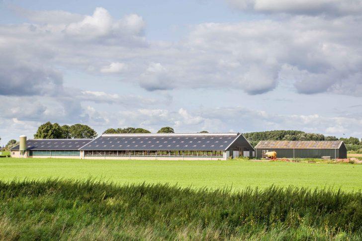2.boerderij op afstand bezien met zonnepanelen